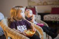 dzieci oglądające telewziję